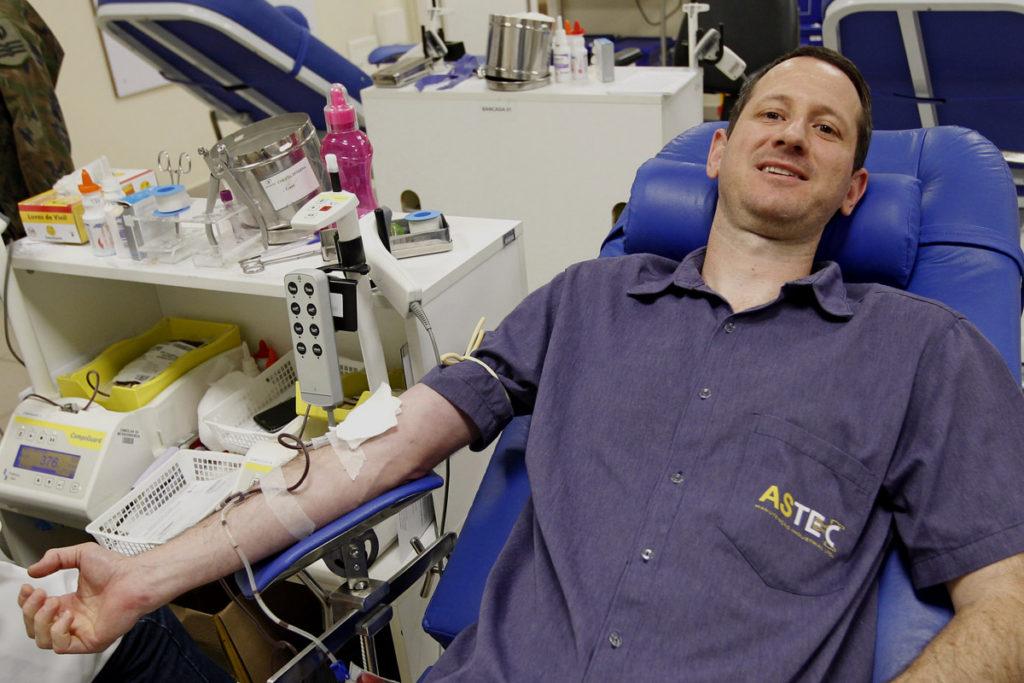 Valdir está doando sangue pela primeira vez. Foto: Antônio More